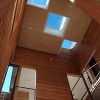 西調布の家(撮影:加藤詞史) 建物の中央の筒状の空間に採光・通風の機能を持たせ、開放的な外部のような空間となっています。
