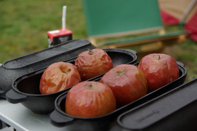 ただただじっくり火にかけるだけで、とろりと美味しい焼きリンゴが出来ますよ。