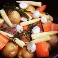 好きな野菜をゴロゴロ切って入れるだけ。にんにく、ローズマリーなどはお好みで。