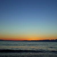 太陽が沈んだあと青色とオレンジ色が刻々と変化していくこの一瞬の空が好きです