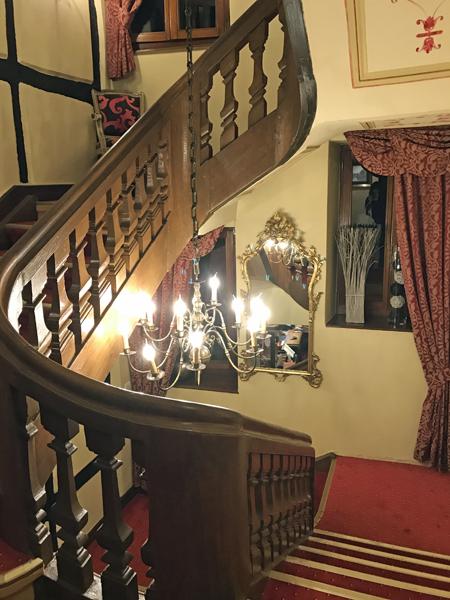 階段まわり。照明、手摺に歴史を感じられます