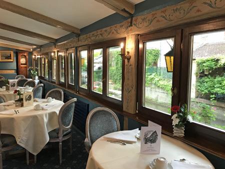 レストランの運河沿いのスペース。