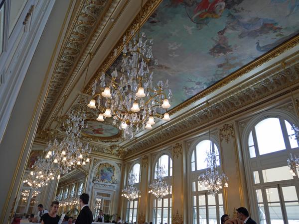天井画も豪華。にぎわっていました。
