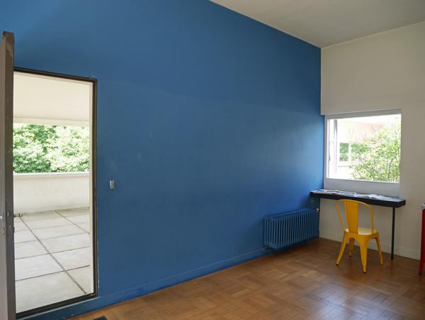 壁の青色があざやか
