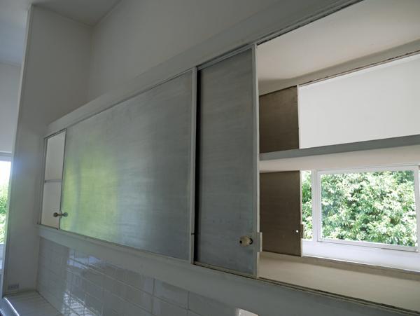 両側から出し入れできる壁面収納