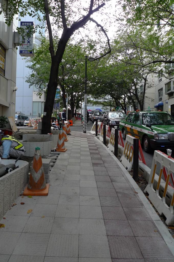 2010年当時の歩道拡幅工事の様子。道路側の支柱にガードレールが付く直前です。