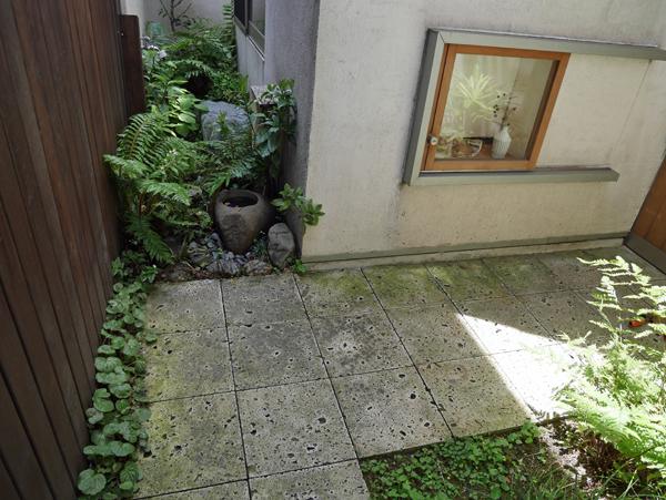 坪庭が見える小さな地窓があります。