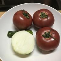 トマト中3つ、タマネギ中1/2、キュウリ1/2。 キュウリの代わりにピーマン小1個でも。ピーマンだとより濃厚な味になります。 これで二人前くらい。