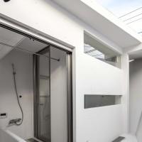 浴室の窓をフルオープンにすると物干しスペースに。急いで乾かしたい時は窓を閉めて浴室乾燥機を使う。