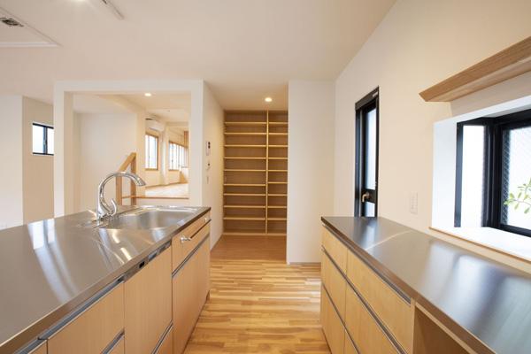 パントリーには壁面可動棚があり冷蔵庫なども入ります。