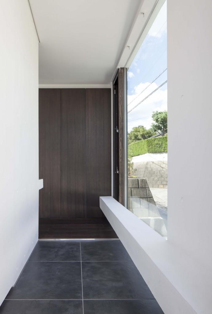 玄関の正面に収納扉があり、左側がリビングにつながっているのですが、左側の壁から少しだけ飛び出して見えているのが手洗い器です。